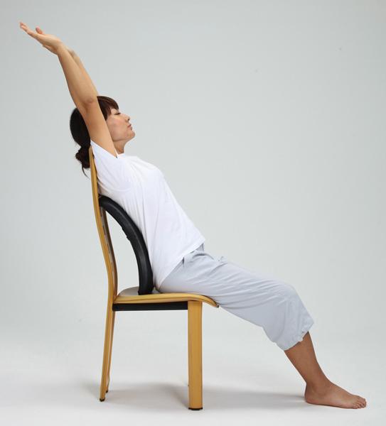 【椅子に座りながら】